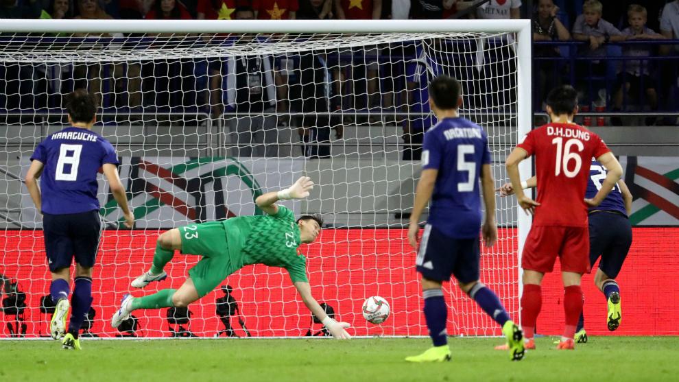 Ritsu Doan anota el penalti del triunfo de Japón ante Vietnam