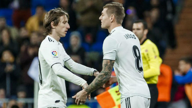 Kroos and Modric during the substitution.