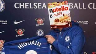 Los seguidores del Milan aprovecharon una foto de Gonzalo Higuaín con...