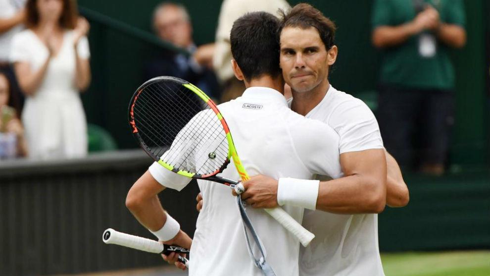 Nadal y Djokovic se abrazan tras la última semifinal de Wimbledon