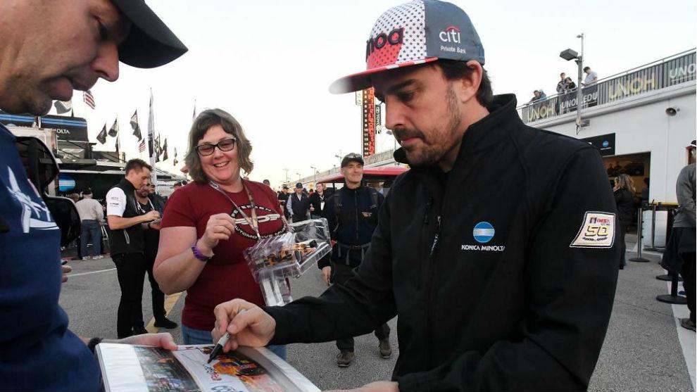 Alonso, firmando autógrafos en Daytona.