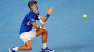 Djokovic intenta quitarse de encima una pelota