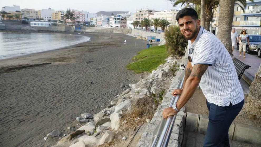 Aythami posa para MARCA delante de la playa de su pueblo, Arguineguín