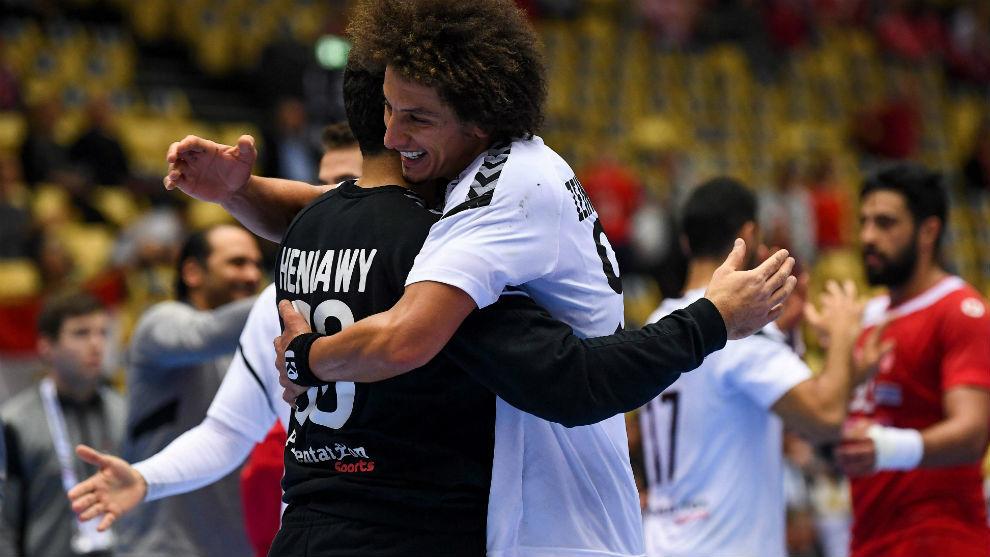Los jugadores egipcios celebran su calificación para disputar el...