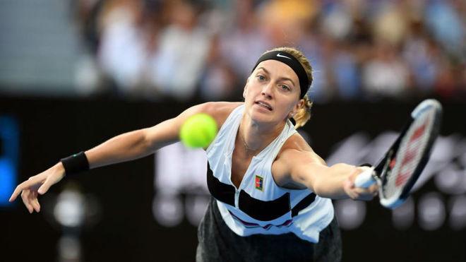 Kvitova devuelve una bola.