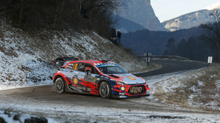 El belga continúa luchando por la victoria con su i20 Coupé WRC.