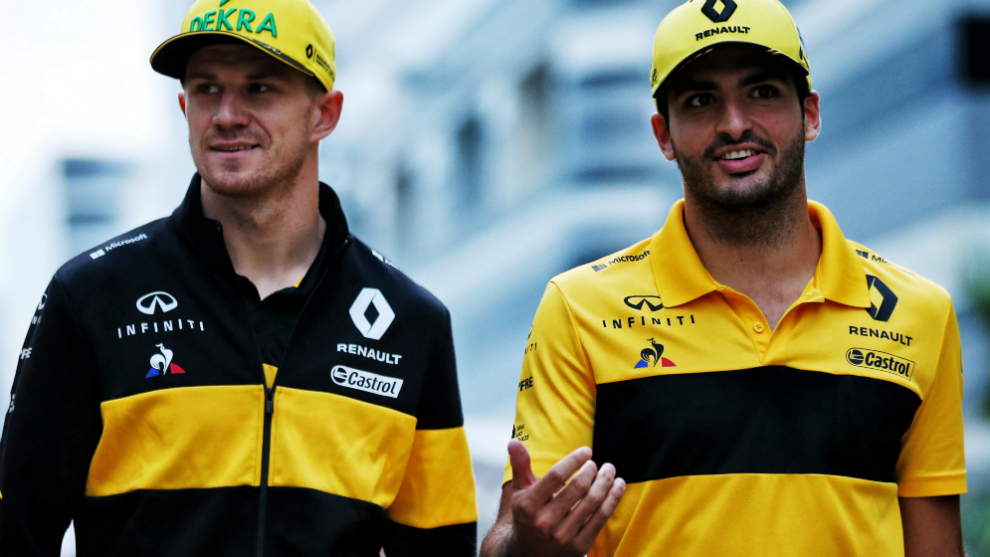 Carlos Sainz camina junto a Nico Hulkenberg.