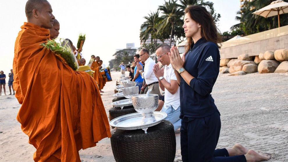 Garbiñe orfrece comida a los monjes budistas en Tailandia