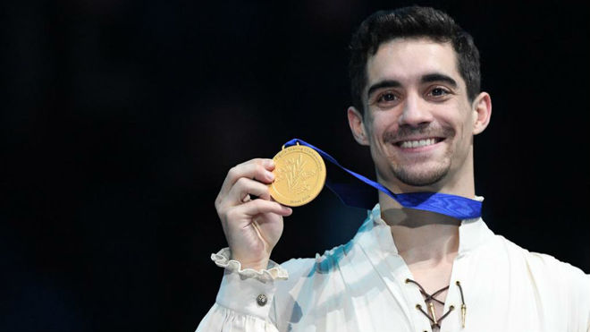 Javier Fernández with the gold medal.