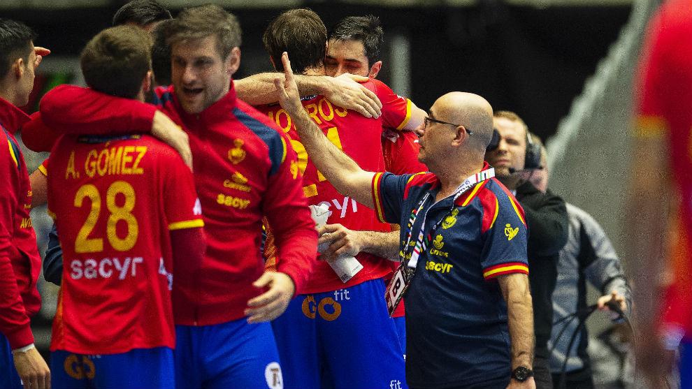 Los jugadores españoles se felicitan tras la victoria sobre Egipto.