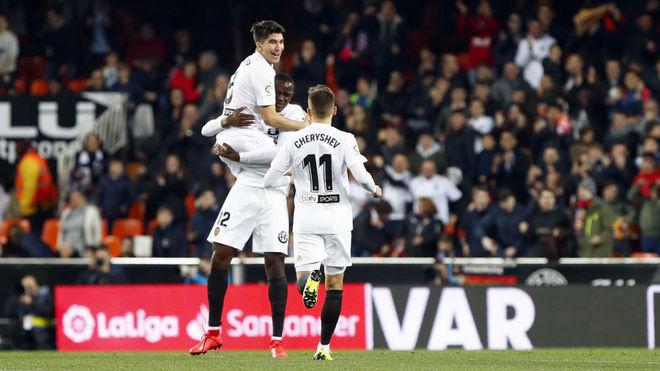 Coquelin, Soler y Cheryshev celebran el primer gol del Valencia.