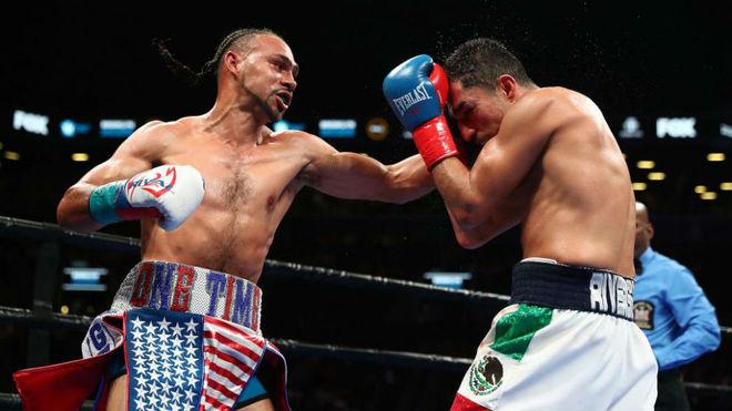 Thurman impacta con su izquierda en el mentón de López.