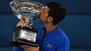 Djokovic besa la copa Norma Brookes