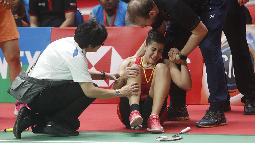 Carolina Marín se duele de su rodilla derecha tras caer lesionada