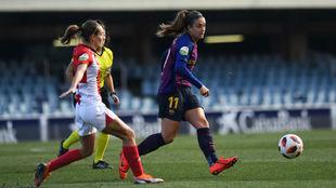 Alexia Putellas controla un balón ante la presencia de Marta Unzué.