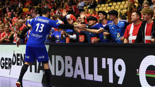 Nikola Karabatic saluda a aficionados franceses al término del...