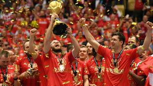 Mikkel Hansen levanta el trofeo de campeones del mundo.