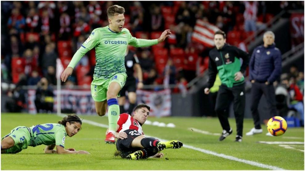 Diego Lainez, tendido en el césped, en una acción del partido del...