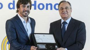 Alonso, con Florentino Pérez en 2017.