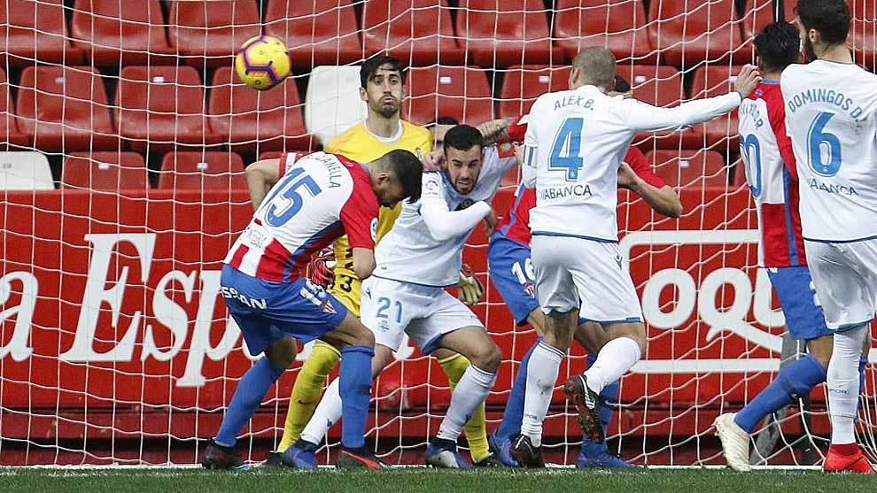 Bergantiños remata de cabeza el primer gol en El Molinón