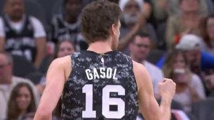 Pau Gasol celebra un triple ante los Wizards