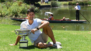 Novak Djokovic, con el trofeo del Open de Australia