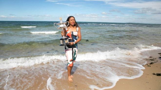 Naomi Osaka, con el trofeo del Open de Australia