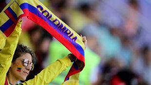 Una aficionada colombiana muestra una bufanda durante un partido de la...