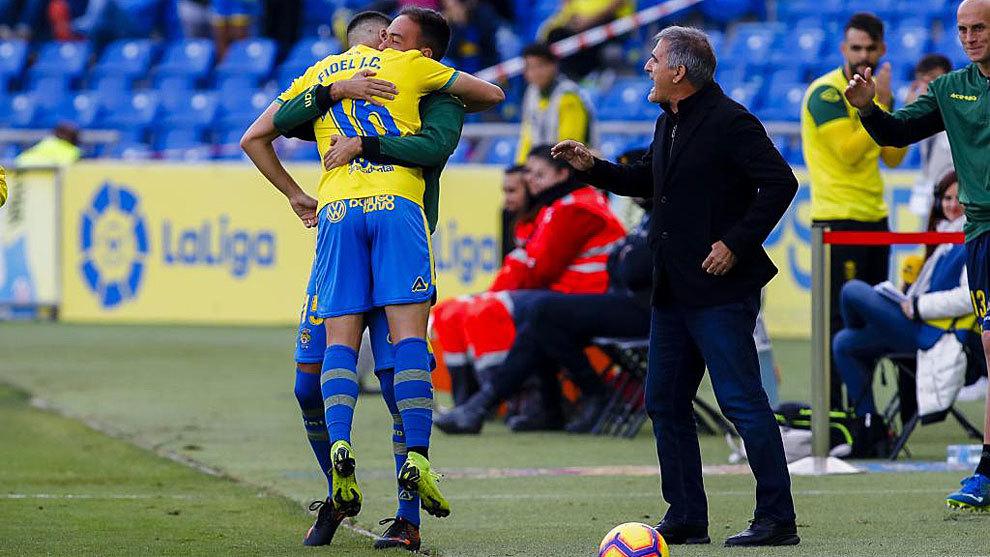 Fidel celebra su gol a Osasuna con Deivid en presencia de Paco Herrera