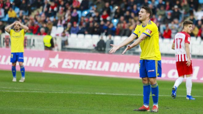 Mau Vallejo playing for Cadiz against Almeria this season.