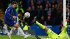 Morata intenta marcar ante el Forest.