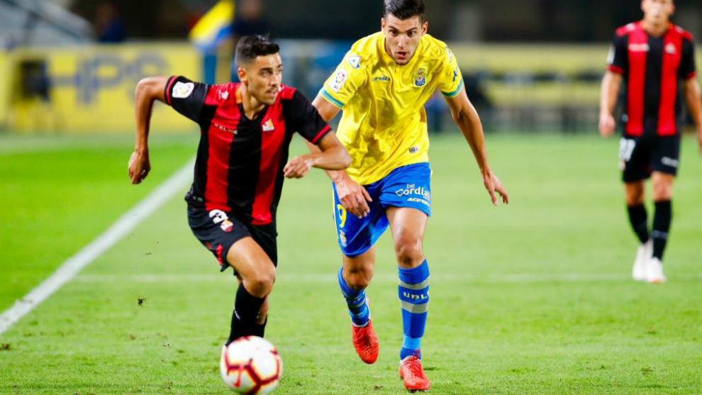 Borja Herrera, con el balón ante la presencia de Rafa Mir en el...