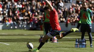 Brad Linklater patea a palos durante un partido contra Rumanía en el...