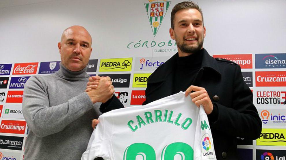Carrillo, en su presentación como jugador del Córdoba, junto a...