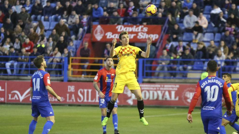 Manu barreiro salta para adueñarse del balón en el partido...