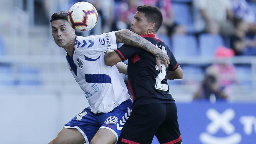 Ángel Bastos lucha con Naranjo por hacerse con el balón en el...
