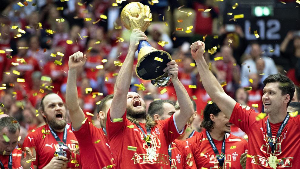 Mikkel Hansen levanta el trofeo como campeón del Mundo /