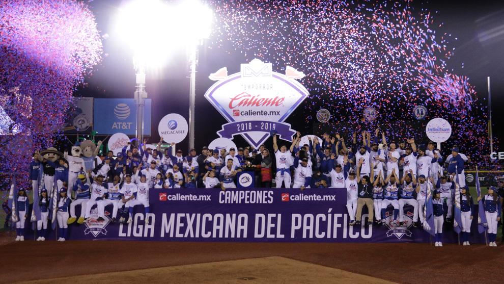 Los Charros de Jalisco reciben el trofeo de Ana Guevara.
