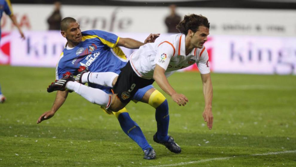 Morientes remata de cabeza el 3-1 ante Cata Díaz, en la final de Copa...