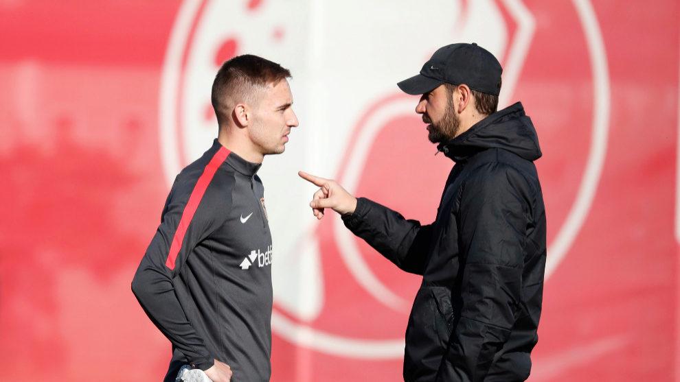 Pablo Machín habla con Marko Rog antes del entrenamiento.