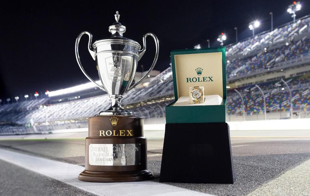 El trofeo y el reloj de los vencedores en Daytona.