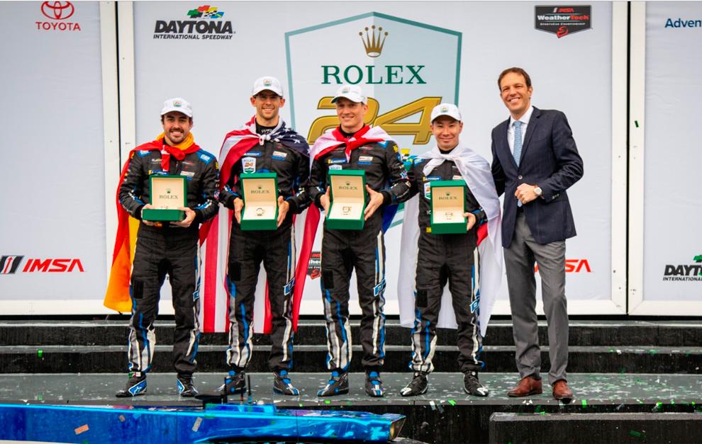 Alonso y sus compañeros de WTR reciben el Rolex.