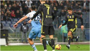 Joao Cancelo marca el gol del empate contra la Lazio.
