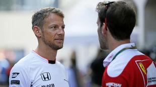 Button charla con Vettel en el GP de Japón de 2015.