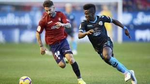 Azeez disputa un balón con Rubén García en un partido entre Lugo y...