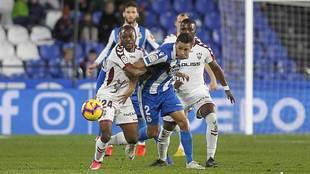 David Simón es sujetado por Bela en el partido ante el Albacete en...