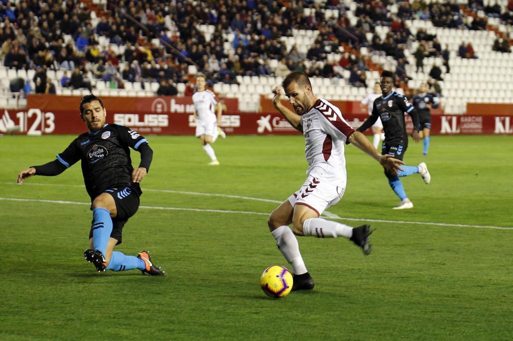 Ortuño dispara a puerta en el partido del Albacete ante el Lugo