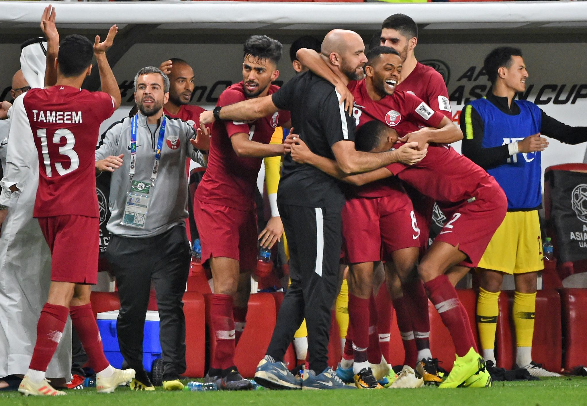 Los futbolistas de Qatar se abrazan a Félix Sánchez tras lograr el...