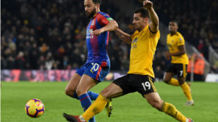Jonny disputa un balón frente al Crystal Palace.
