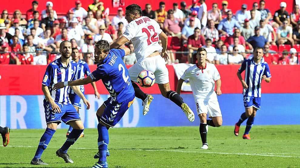 Pantic disputa un balón con Ben Yedder en un Sevilla-Alavés de...